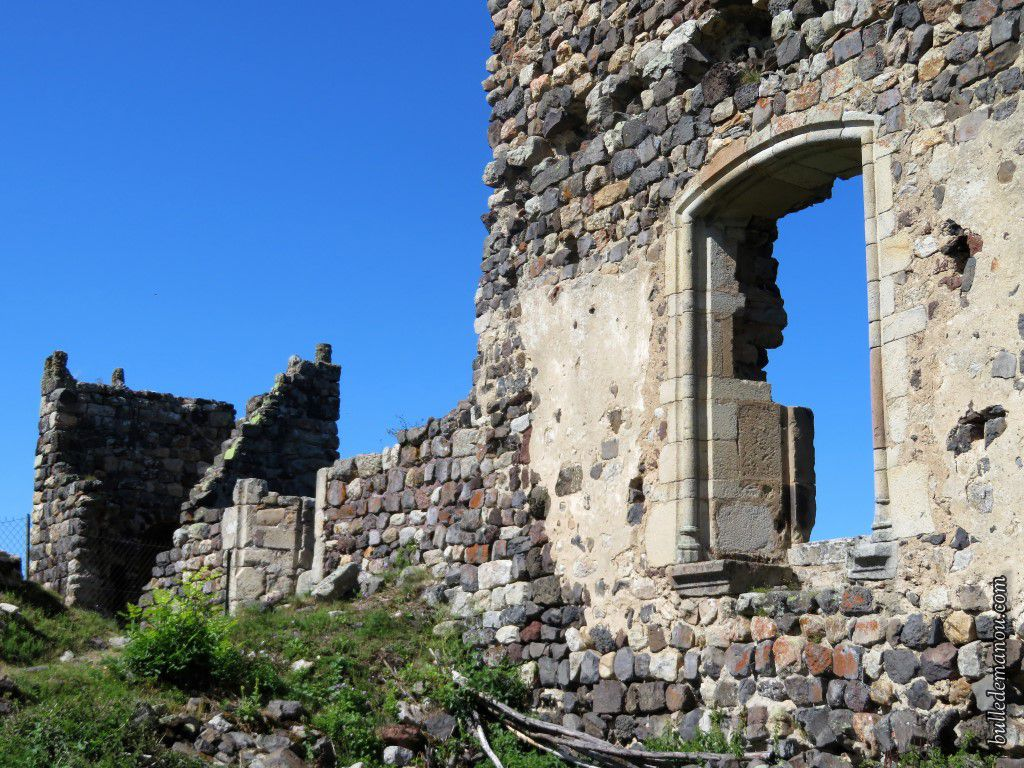 Un des murs du nouveau logis et la tour des latrines