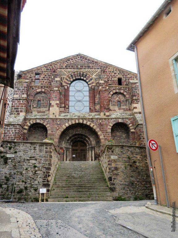 L'église abbatiale du Monastier-sur-Gazeille (façade occidentale)