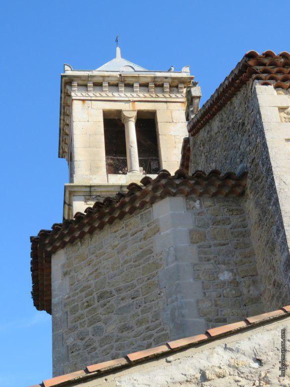 Le clocher carré avec son petit toit moderne