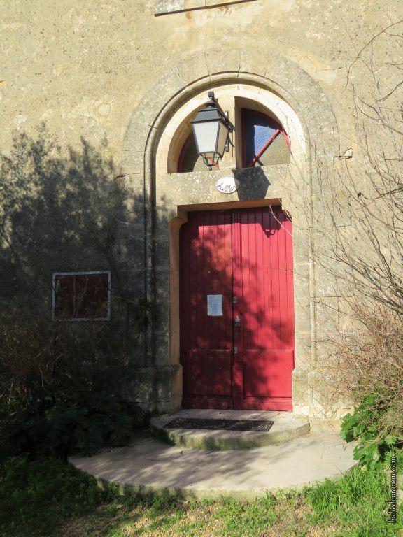 La façade de l'église et le portail d'entrée