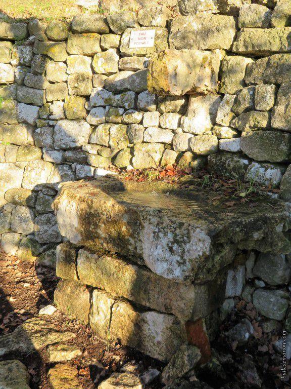 La petite fontaine en pierre