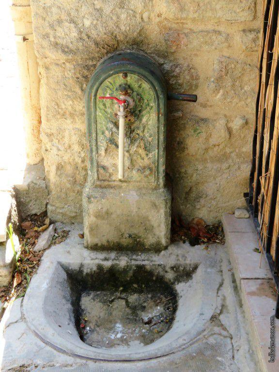 Une ancienne fontaine dans les ruelles...