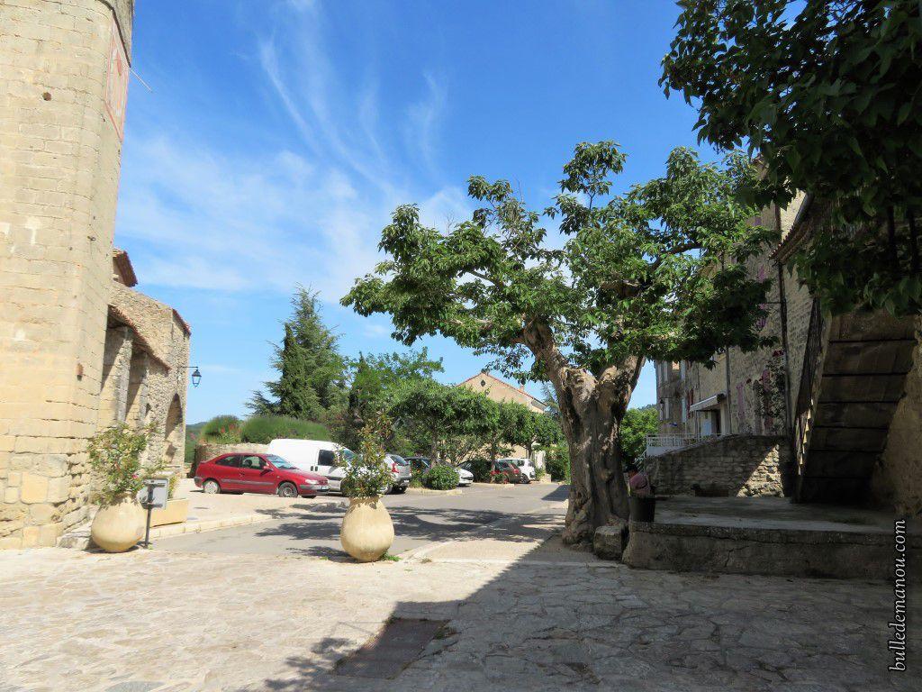 Vues partielles des deux places principales du village