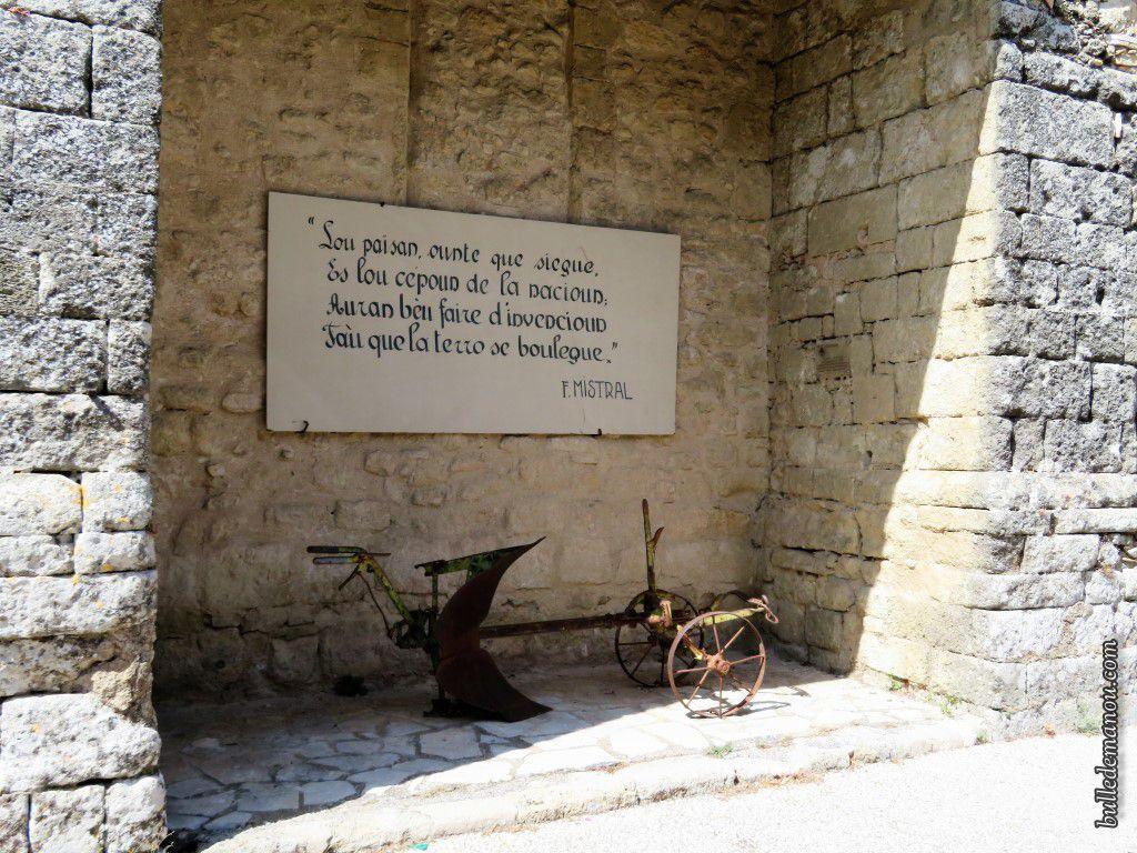 Voilà la citation telle qu'elle est sur le côté de l'église