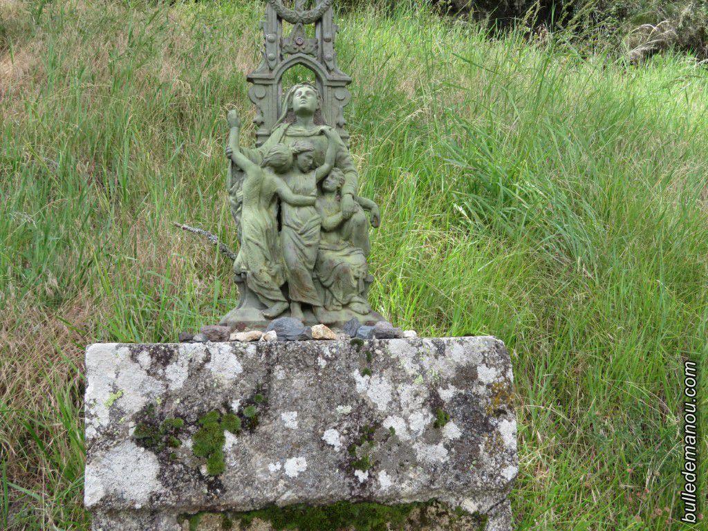 La croix sur son socle de pierre