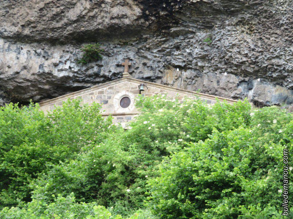 Le sommet de la chapelle sous la roche