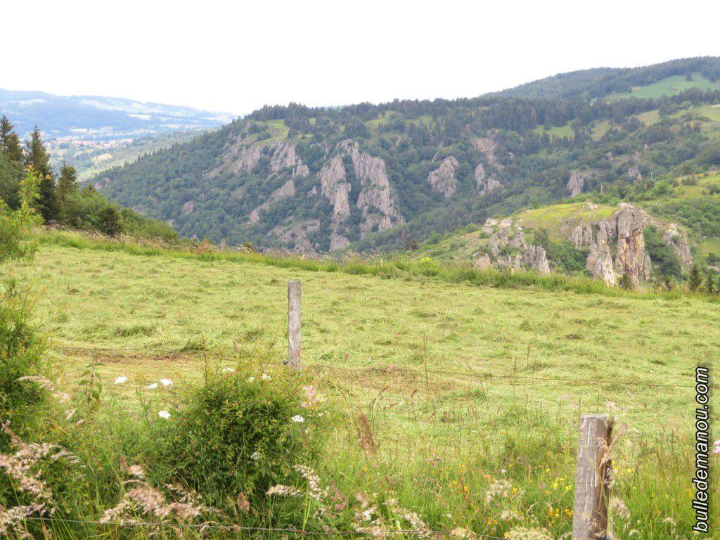 Le village perché (Saint-Jean-Lachalm), les éoliennes et le site de Miramande