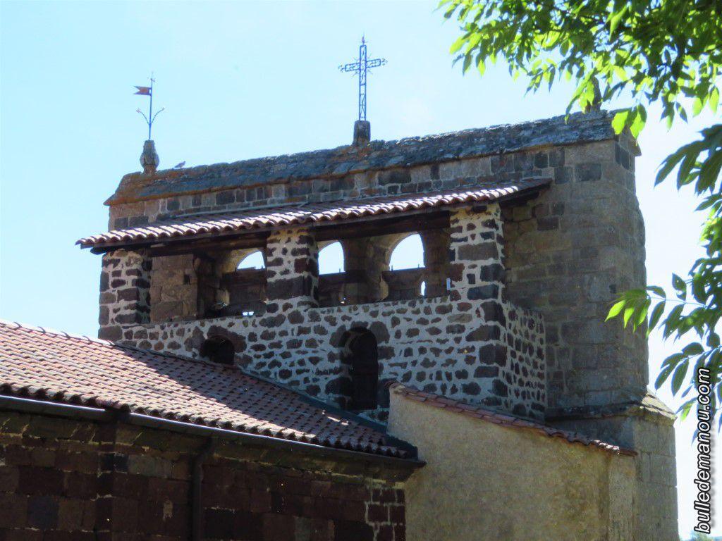 Le clocher-mur (ou clocher à peignes) et ses cloches (recto et verso en contre-jour)