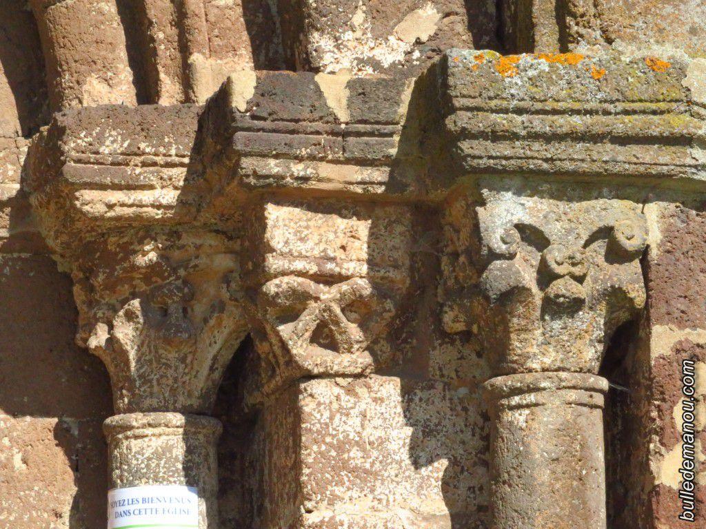 Les chapiteaux sur le côté droit du portail