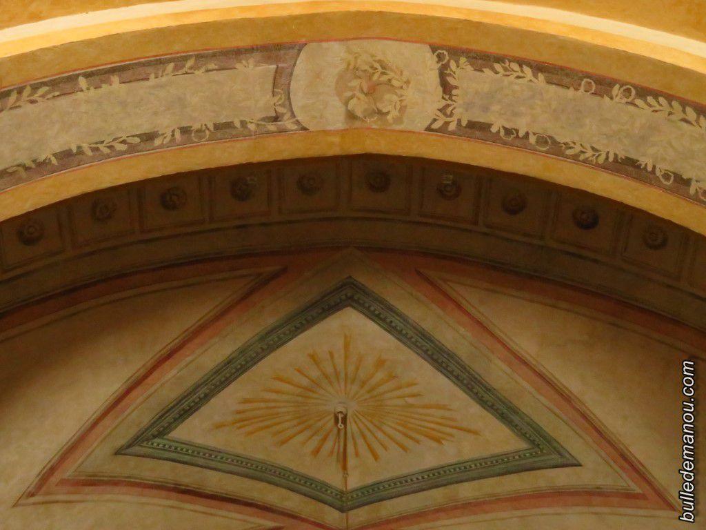 L'arc triomphal, ses colonnettes et ses peintures
