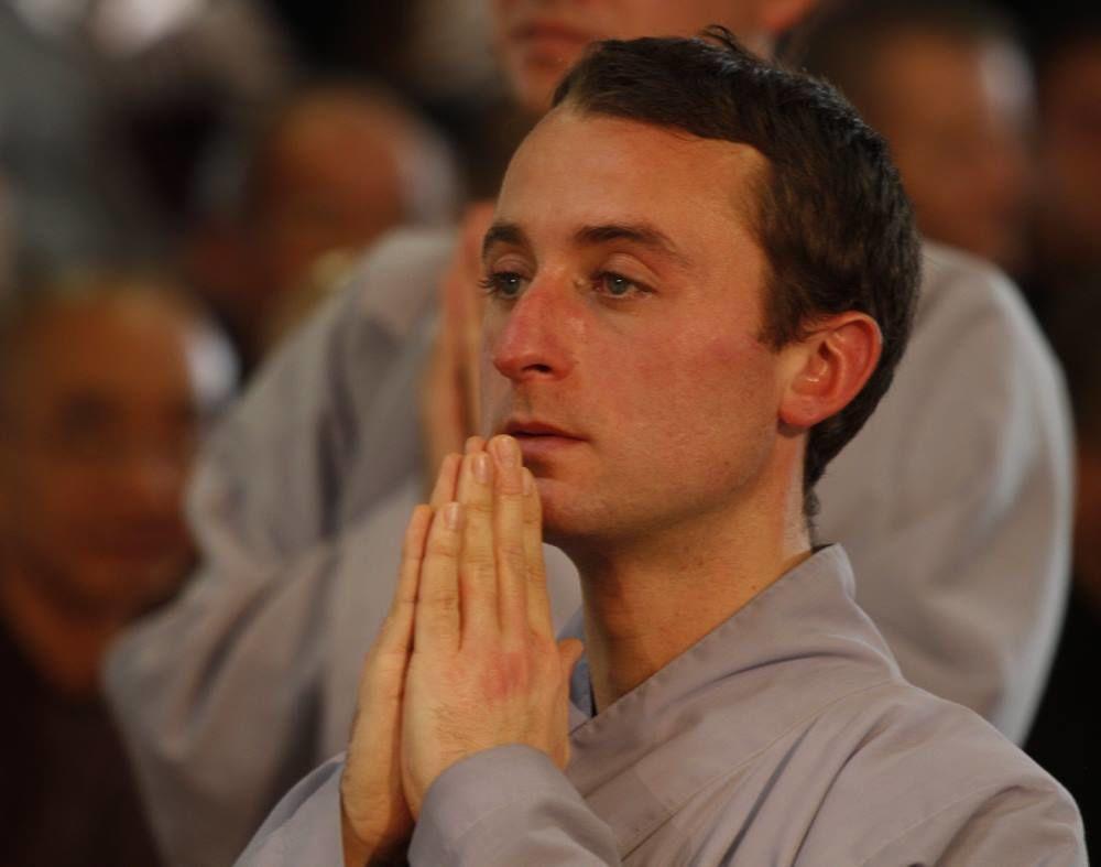 Nico, l'un des trois jeunes hommes français qui est devenu novice. Son nom d'ordination est Trời Đức Định (Ciel de la Vertu de Concentration)