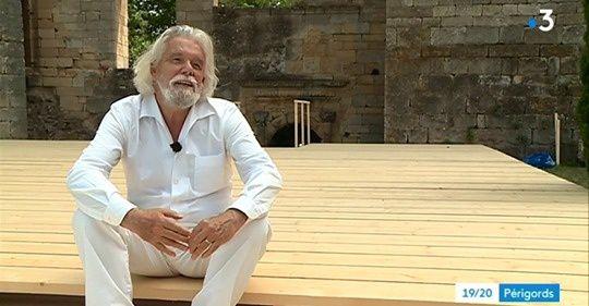 Tom van der Bruggen assis sur l'estrade mise en place dans la cour de son Château pour le f estival 2019 (photo fr3)
