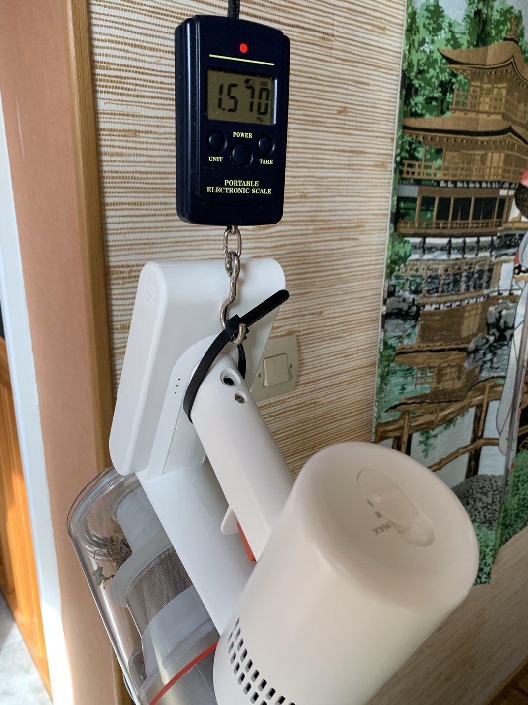 Le poids de l'aspirateur seul et du tube avec brosse : on a bien environ 1.5 kg et 1 kg de plus avec la brosse sur le tube