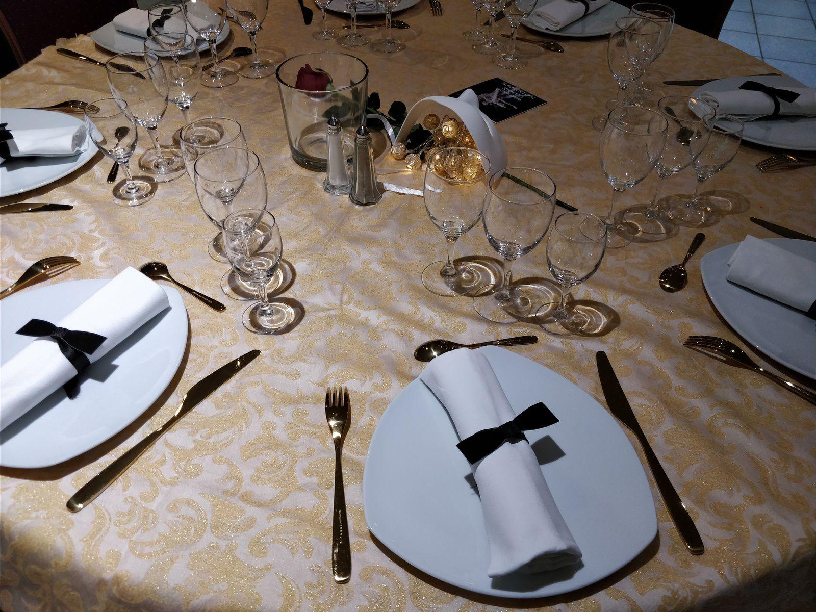 Les tables en fonction des thèmes musicaux... Même la corbeille à pain dans le thème : Ne jamais jeter un cache pot ça sert pour le pain....:)