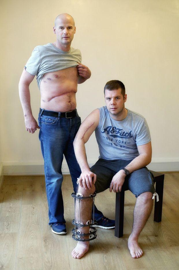 Ryan Farquhar ( debout ) et Jamie Hamilton prennent la pose pour Stephen Davison , célèbre photographe en road race.
