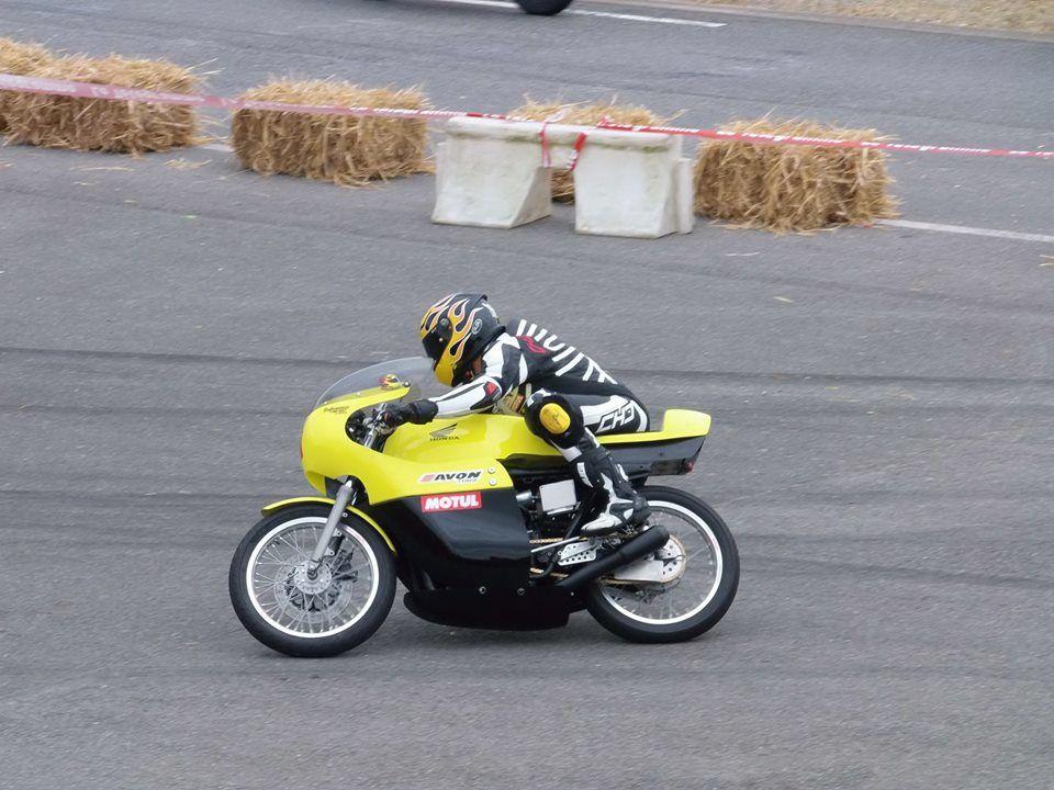 Timothée Monot et sa Honda 350cc ©Fréderic Catrevaux