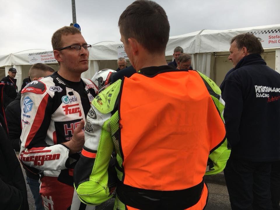 Fred Besnard en pleine discussion avec Pierre Yves Bian ( de dos) © Optimark Road Racing