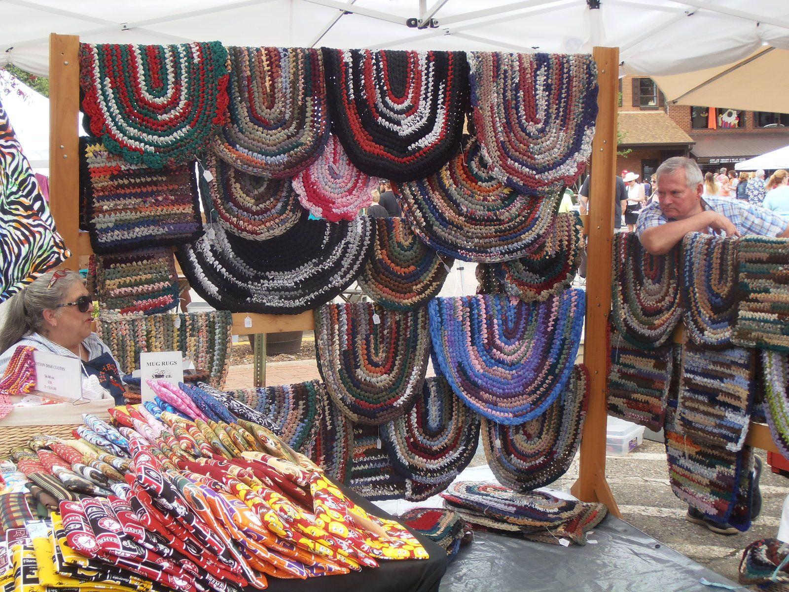 Ici un stand de « rag rugs » : des chutes de tissus sont tressées en lanières qui sont cousues entre elles.