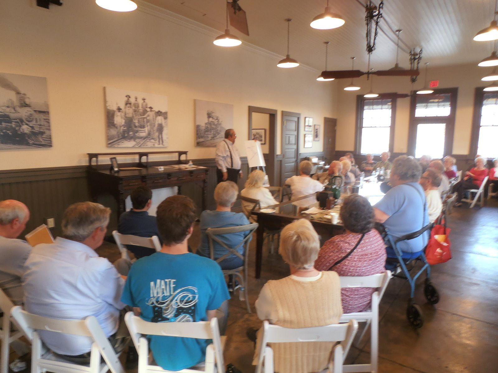 La société d'histoire locale de Carrollton m'avait invité récemment à l'exposé de Curtis : l'arrivée du chemin de fer à Carrollton. Les participants ont partagé leurs témoignages sur cet évènement important pour la vie de leur cité.