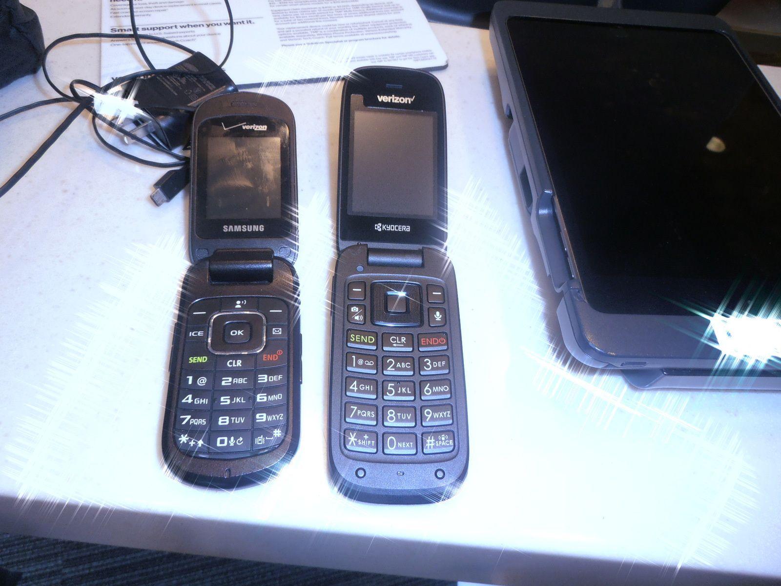 Mon téléphone (à gauche) semblant être en panne, je me suis rendu au magasin de la compagnie qui me l'avait vendu. Là, j'ai appris que la société Verizon qui les commercialisait, n'en assurait plus le service. Formidable ! Ne voulant pas d'un appareil sophistiqué, c'est celui de droite qui m'a été vendu. Décidément, cette société de gâchis ne me convient pas !