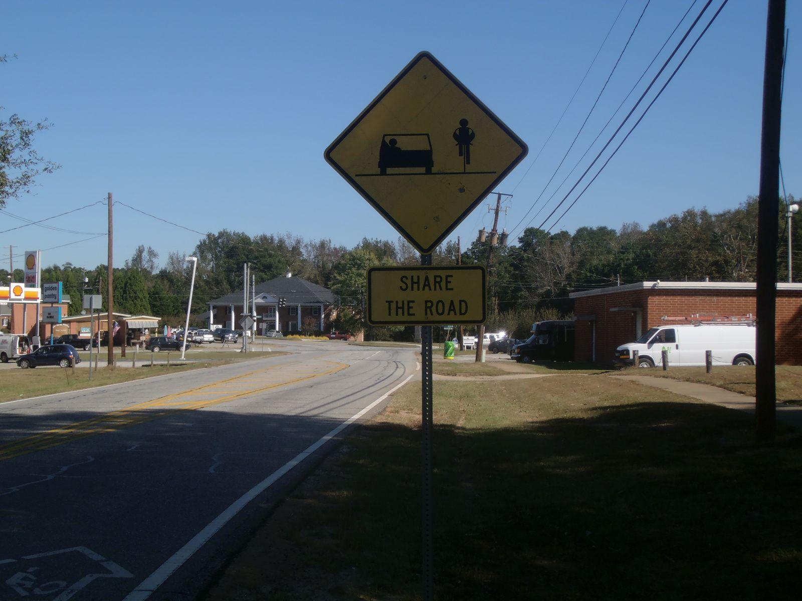 Dans le comté de Carroll où je vivais précédemment, je n'ai jamais vu ce panneau routier invitant les conducteurs à partager la route avec les cyclistes. Ce doit être efficace car les conducteurs sont extrêmement prudents en me dépassant sur la route. L'éducation, ça marche, quelquefois !
