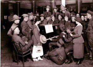 Le YMCA et la Croix Rouge, les meilleures organisations présentes, nous fournissent de la papeterie et des amusements : piano, tourne-disque, gramophone…