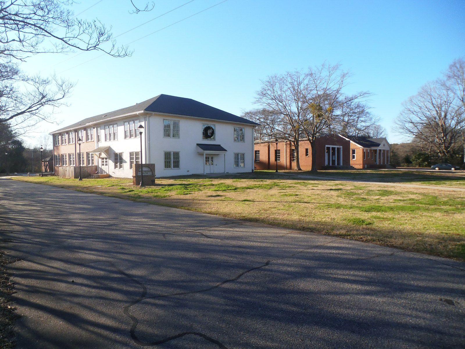 Le bâtiment à gauche est l'ancien lycée de Winterville. Fermé pendant des décennies, il vient d'être rénové et sert de centre social. Le bâtiment de droite est l'ancien auditorium et est en cours de rénovation.