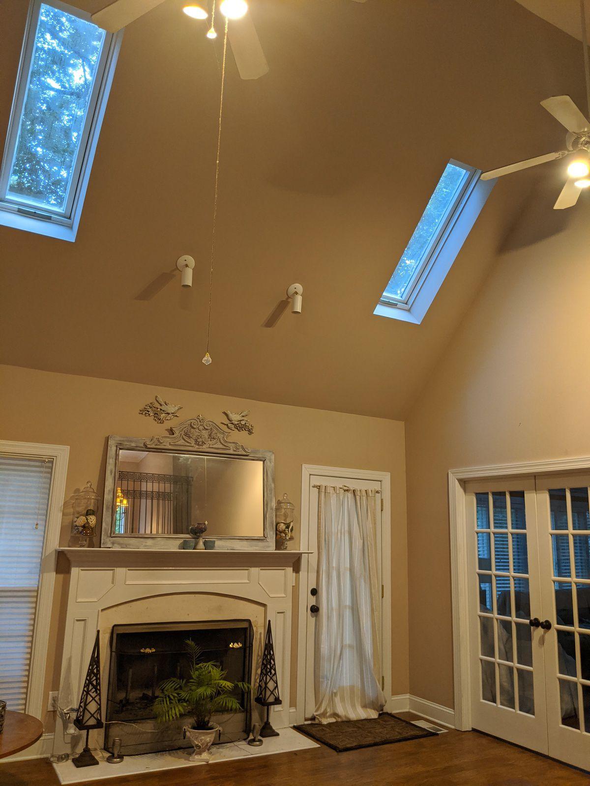 Outre les ventilateurs le salon s'orne également d'une cheminée. Tout comme dans notre précédente maison, nous ne l'utilisons jamais... Il semble que pour  beaucoup  de maisons, les cheminées n'aient qu'un rôle décoratif.  En général, elles sont toutes adossées à un pan de mur extérieur. Curieusement, lorsqu'une maison est en ruine, c'est la seule partie qui reste debout...