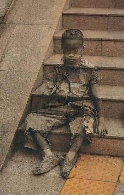 2/ Un artiste de rue dessine une œuvre d'art : «l'invisibilité de la pauvreté ». Un chef-d'œuvre.