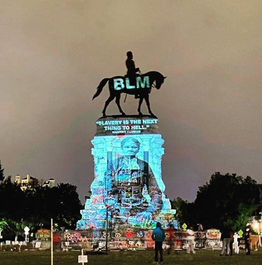 3/ C'est beau et brillant! Harriet Tubman projeta sur un monument confédéré vénérant Robert E. Lee à Richmond, en Virginie. La projection montre la citation légendaire de Tubman : « L'esclavage est proche de l'enfer. »