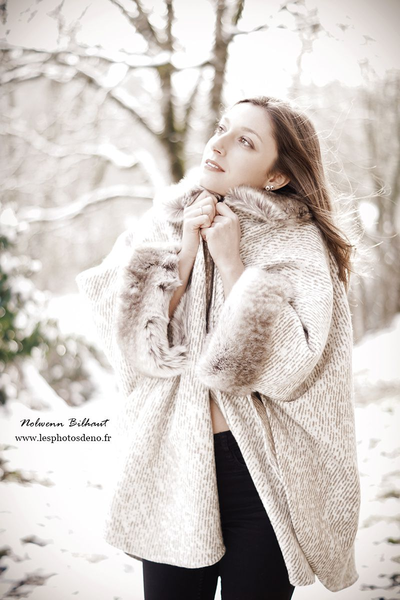 Séance photo Boudoir en extérieur, entre neige et douceur, avec Nolwenn Bilhaut photographe