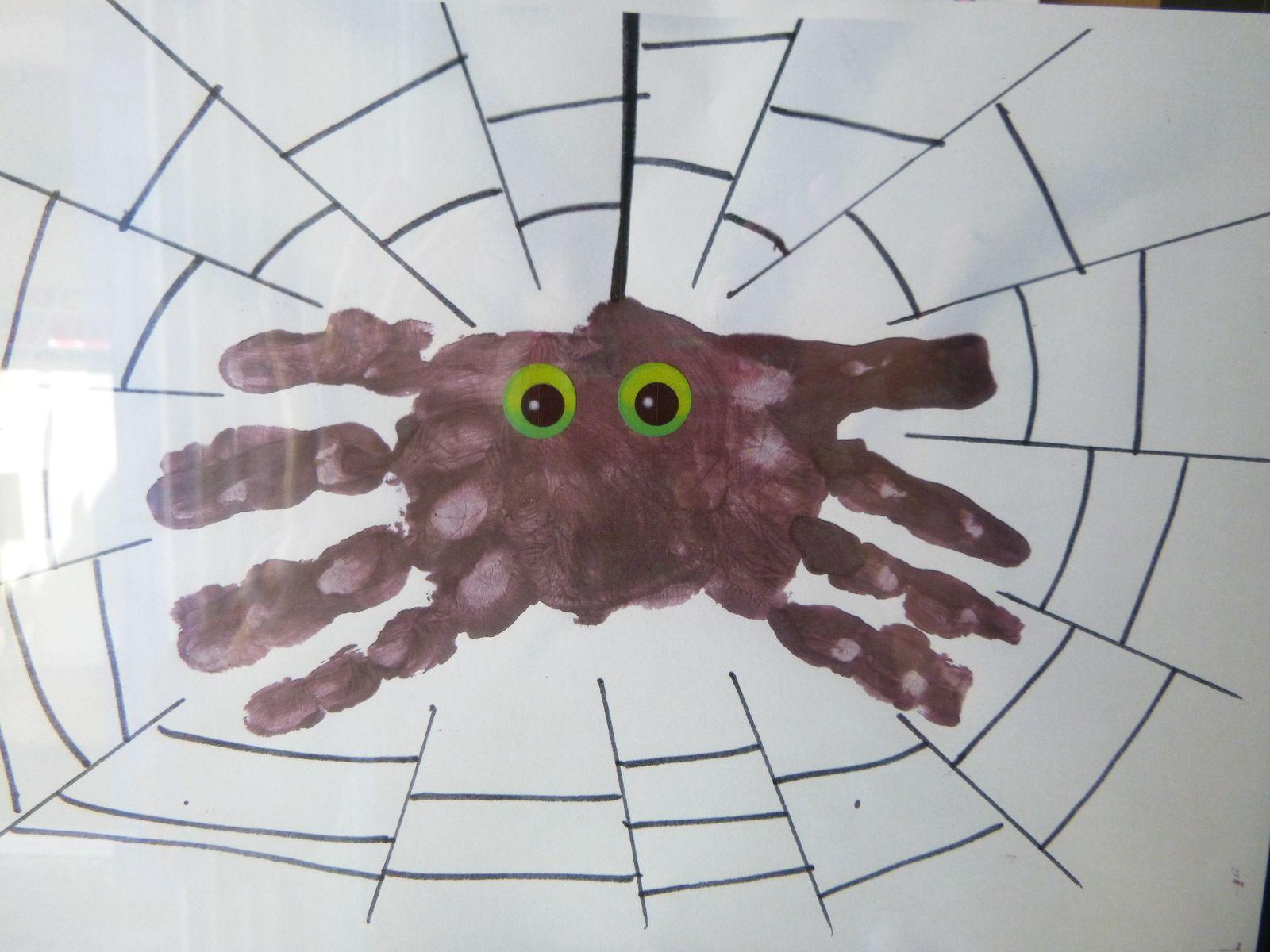 Peinture Halloween : une araignée avec les empreintes de mains