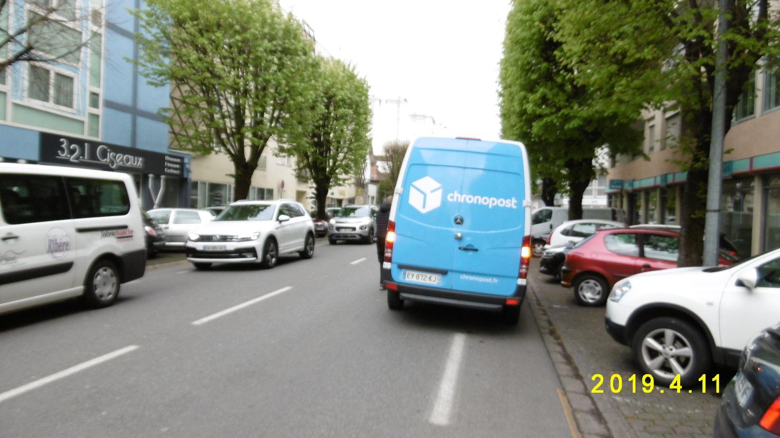 Je rentre par un centre commercial, je parts sur le Boulevard Alsace-Lorraine. Bande cyclable occupée, colis urgent !