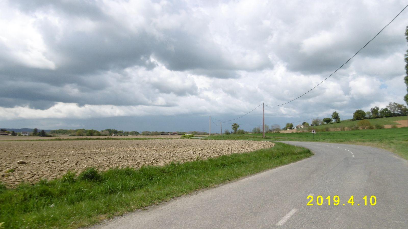 Finalement, qu'est-ce qu'on est bien sur nos petites routes de campagne ! Même quand le ciel est gris ! !