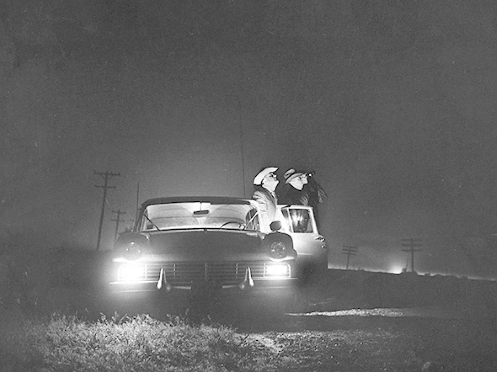 (1957) ovni-ufo l'observation de Levelland Ob_543be5_police-scout-for-signs-of-a-flying-sau