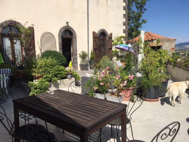 Sur la terrasse tout est prêt pour accueillir les hôtes
