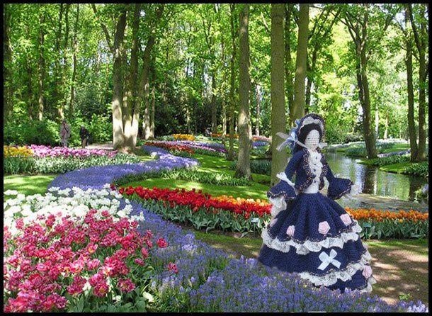 Une poupée parmi les fleurs