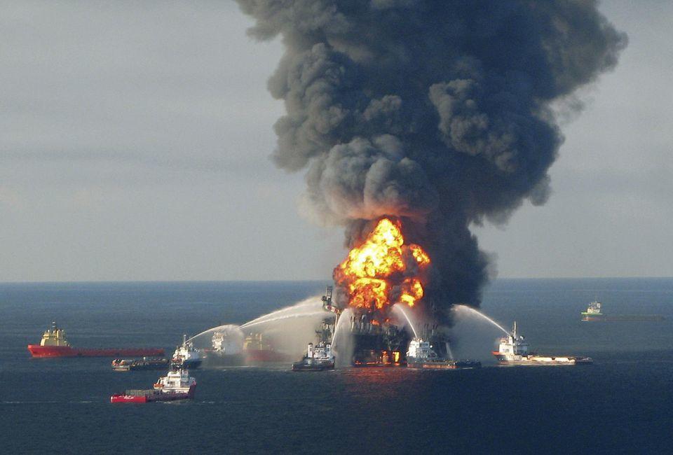 Explosion de la plate-forme pétrolière offshore Deepwater Horizon, au large de la Louisiane, en avril 2010. Photo Reuter