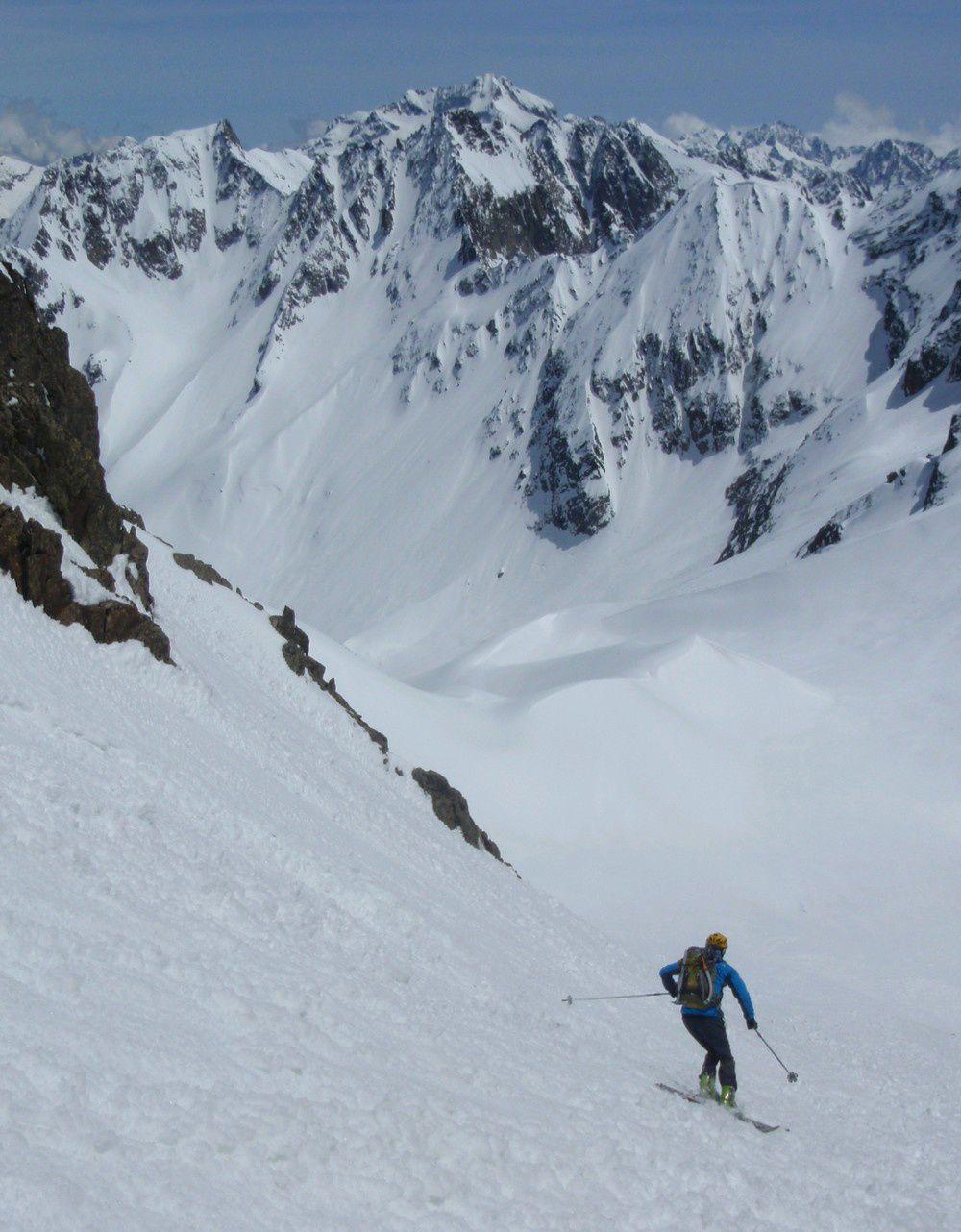 Mercantour ski paradise, sur fond de la cime de l'Agnel et son couloir Nord chargé.