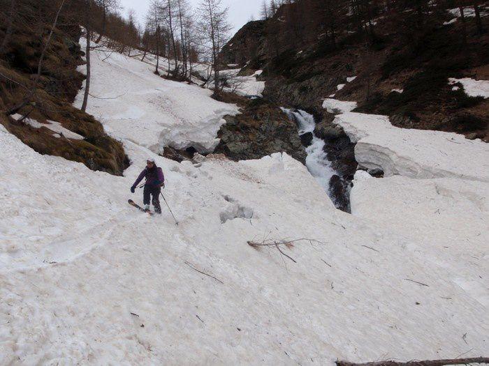 On skie quasiment jusqu'à Bersezio au fond du val Stura grâce aux culots d'avalanches. La fin de la descente est acrobatique au dessus d'un torrent gonflé par la fonte des neiges: impressionnant.