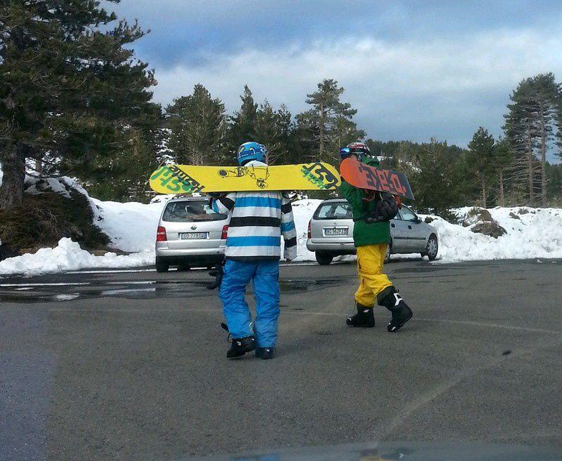 Les Siciliens adorent skier à l'Etna comme les niçois à Isola 2000. Deux accès routiers, par le nord et le sud, permettent de monter à travers les anciennes coulées de laves jusque vers 1700m où l'on trouve la neige de janvier à mars. Ces accés sont équipés de petites stations de ski qui sont régulièrement endommagés par les coulées de lave.