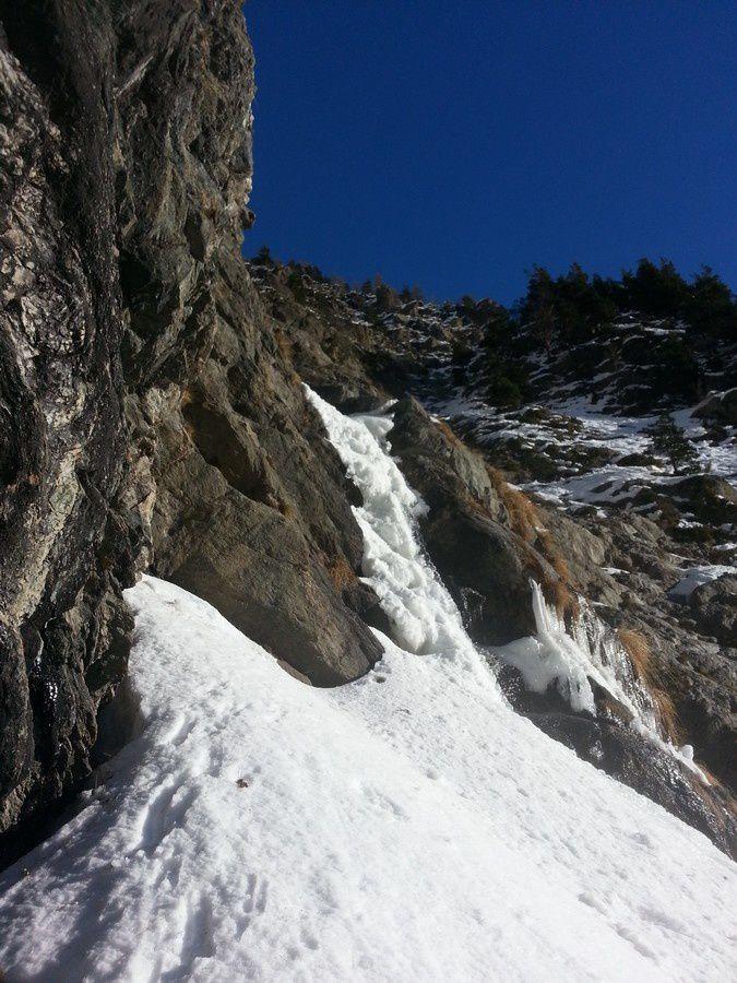 Les deux premiers ressauts vers 1600m et 1700m d'altitude sont de véritables petites cascades de glace à 85°.