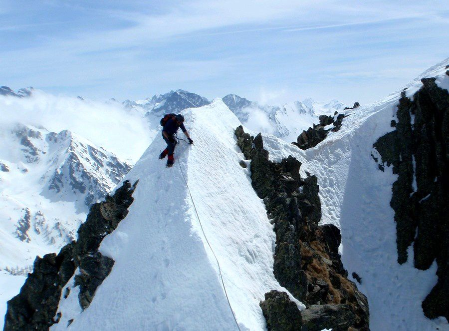 From the top of Caïre Negre, we cross the beautiful Pelago ridge.
