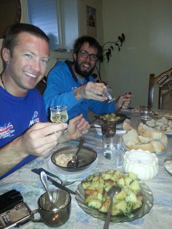 """Dernier """"banquet"""" à Mestia avant les rations sur le glacier : borch (soupe au choux épicée), rinkali (gros ravioli locale), katachapouri (pain fourré au fromage fondant), le tout arrosé de tchatcha (gniole locale)."""