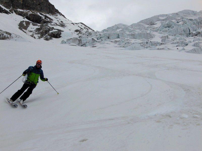 Tout en grande courbe ensuite jusqu'au campement avec une neige qui est restée ferme.