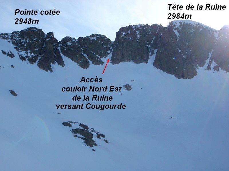 Le versant français repéré il y a quelques temps qui permet d'arriver directement au sommet du couloir en moins de 3 heures du Boréon.J'ai bien failli buter à cause de la puis verglaçante de la nuit qui avait recouvert tous les rochers du couloir de monté versant Cougourde.