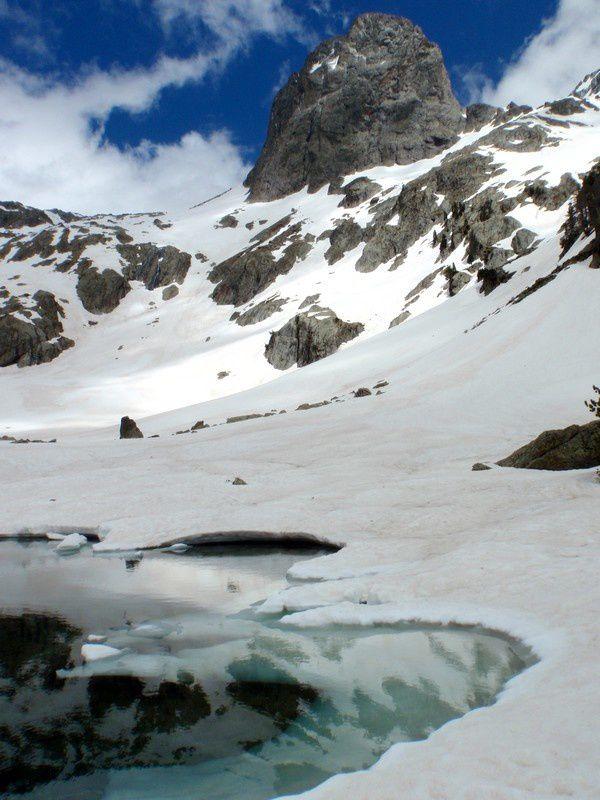Versant cougourge, il reste de la neige au dessus du refuge.