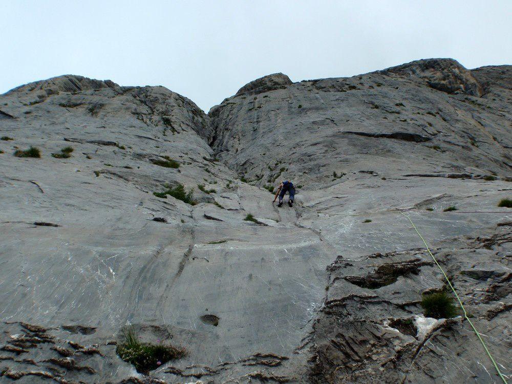 A la rocca de Campanili. C'est la falaise la plus fréquentée à 1h15 du refuge. Le rocher y est au top dans les dalles et murs mais le niveau est relevé : 3 voies dans le 6 max, le reste tape dans le 7. Toutes les voies sont parfaitement équipées.
