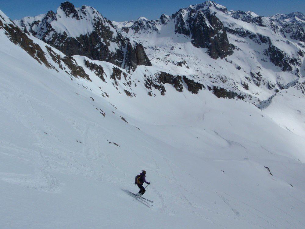 Ski grande classe au milieu d'un paysage à couper le souffle.