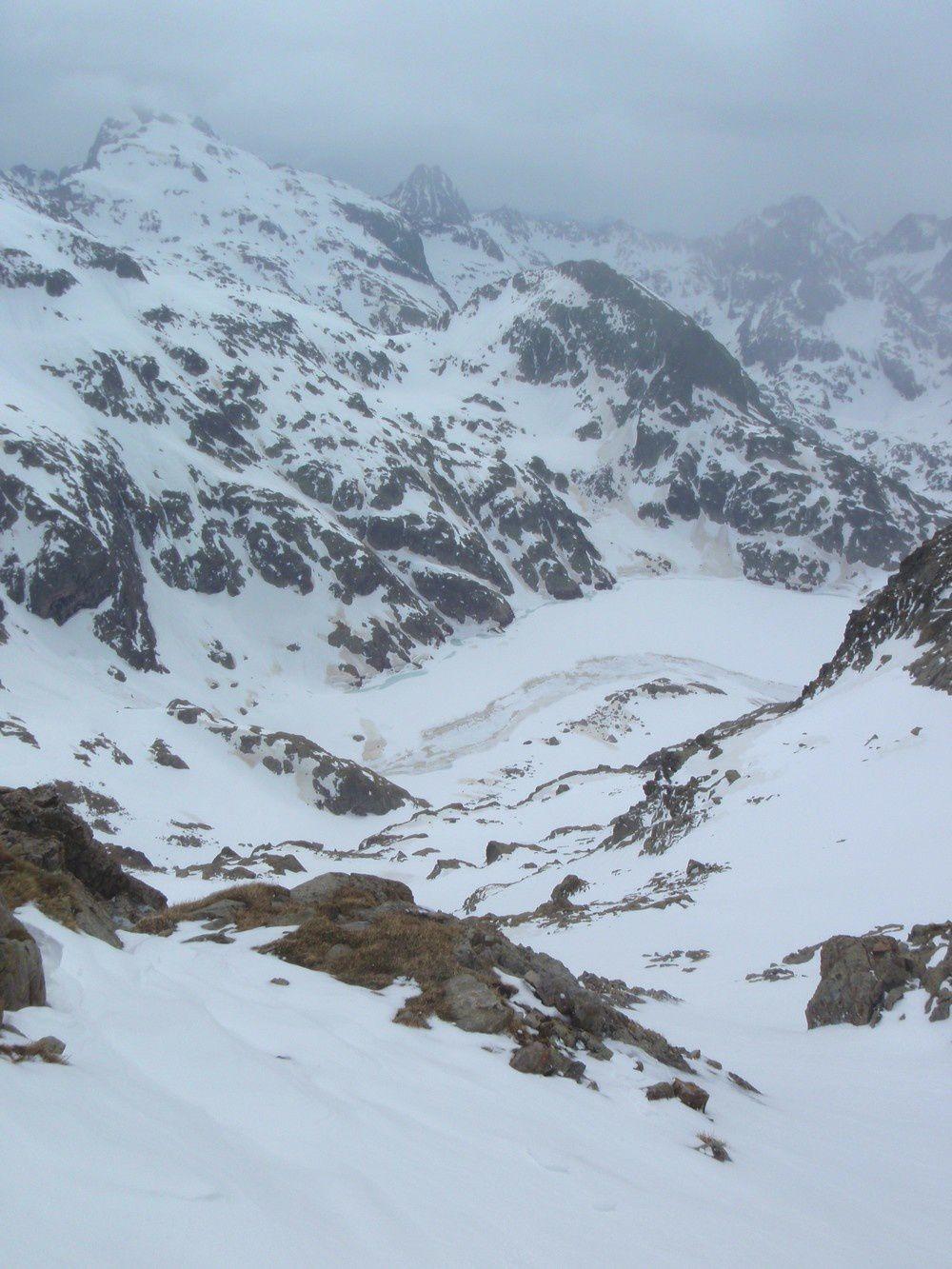 Descente plongeante jusqu'au lac Long en neige encore dure à cause du vent glacial ce matin.